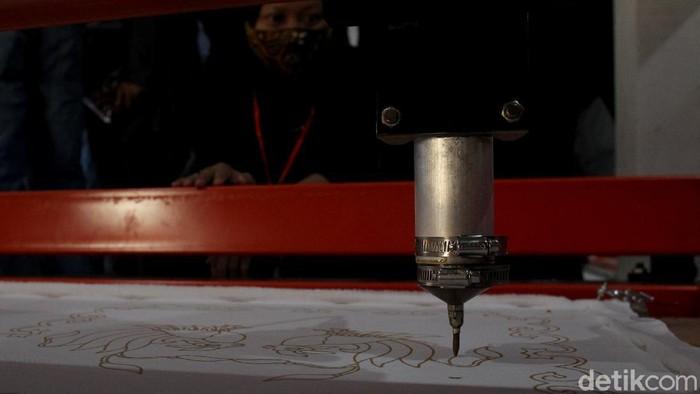Proses pembuatan batik tulis butuh waktu yang cukup panjang dan ketelatenan. Namun, dengan mesin ini batik tulis dapat dibuat dengan lebih cepat dan berkualitas