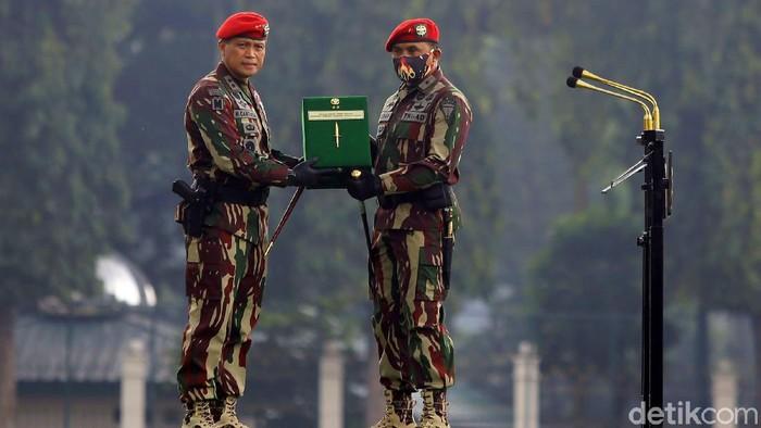 Serah terima jabatan Danjen Kopassus digelar sederhana di tengah pandemi COVID-19. Dalam acara tersebut, Brigjen TNI Mohammad Hasan Resmi Jadi Danjen Kopassus.
