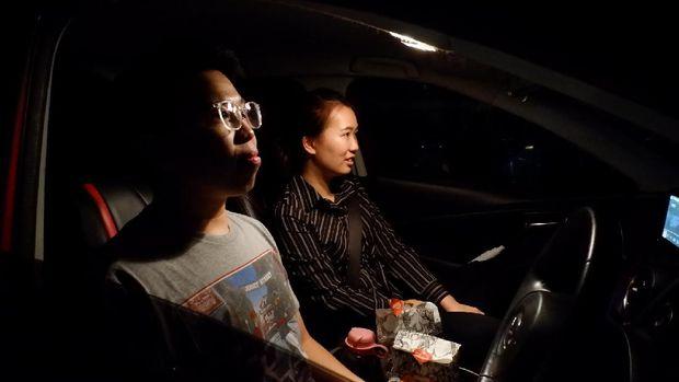 Nonton film di dalam mobil