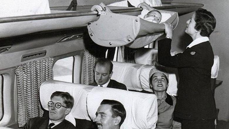 foto jadul bayi di pesawat