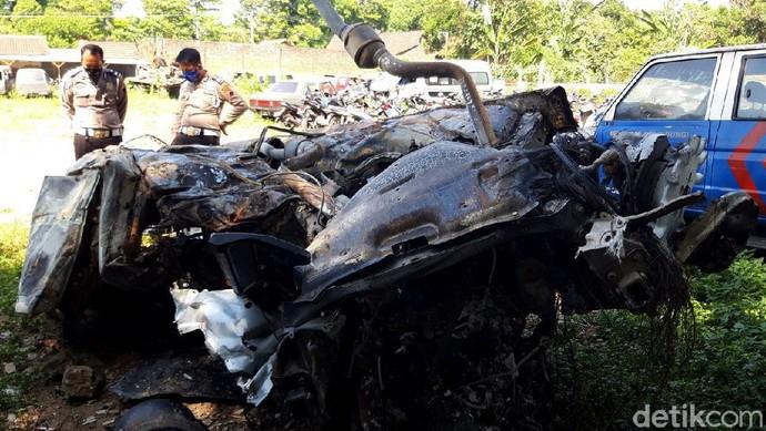 Kecelakaan maut terjadi di jalan tol Boyolali, Jawa Tengah, Selasa (8/9) malam. Tak hanya tewaskan 3 orang, sejumlah mobil pun ringsek akibat kecelakaan itu.