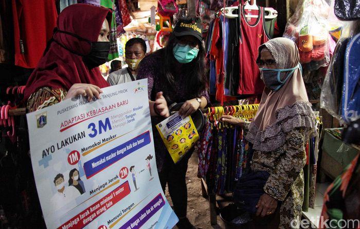 Relawan melakukan sosialisasi 3M di kawasan Sungai Bambu, Jakut, Kamis (10/9). Sosialisasi dilakukan jelang penerapan kembali PSBB secara ketat pada 14 September 2020.