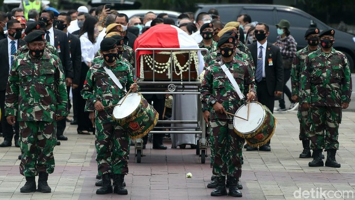 Jenazah Jakob Oetama dimakamkan di Taman Makam Pahlawan Kalibata, Kamis (10/9). Upacara pemakaman dipimpin oleh mantan Wakil Presiden RI Jusuf Kalla.