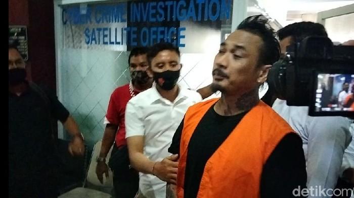 Jerinx setelah walk out sidang kasus kasus ujaran kebencian di Bali