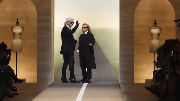MILAN, ITALY - SEPTEMBER 18: Karl Lagerfeld and Silvia Venturini Fendi  acknowledge the applause of the audience after the Fend show as a part of Milan Fashion Week Womenswear Spring/Summer 2015 on September 18, 2014 in Milan, Italy.  (Photo by Tullio M. Puglia/Getty Images)