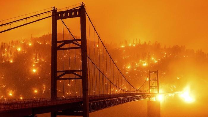 Kebakaran hutan membuat langit California berubah menjadi oranye. Begini penampakannya.