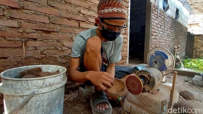 Batok kelapa yang dianggap tak bernilai ekonomis disulap oleh pria ini jadi benda bernilai jual tinggi. Kerajinan batok kelapa itu tembus pasar internasional.