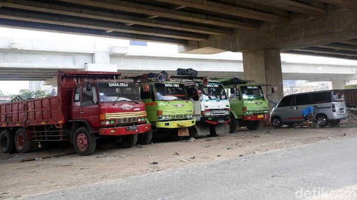 Kendaraan truk terparkir di kolong tol Becakayu kawasan Jakasampurna, Kota Bekasi, Jawa Barat, Kamis (10/9/2020). Kolong tol Becakayu dijadikan sebagai lahan parkir liar. Padahal pengelola tol telah melarang warga untuk tidak menjadikan lahan itu sebagai tempat parkir.