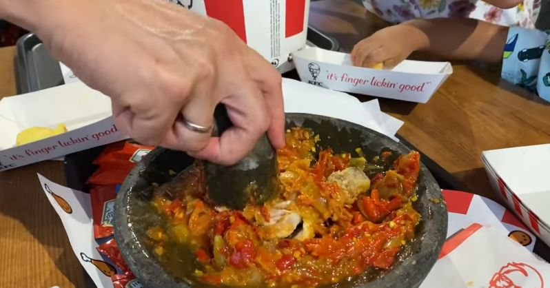 Bule Barcelona Bawa Cobek ke KFC