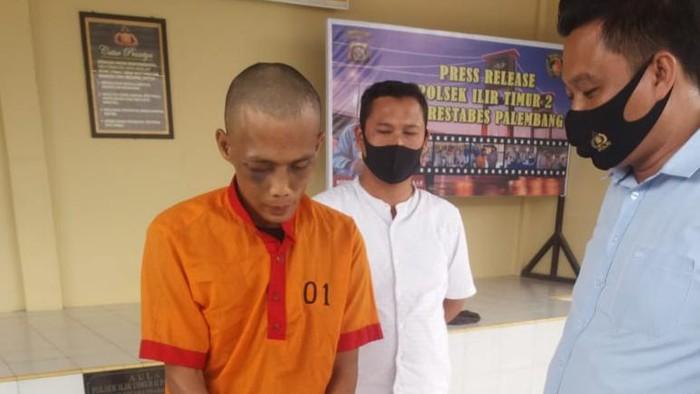 Pelaku saat diamankan di Mapolsek Ilir Timur II Palembang.