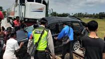 MPV Muat 7 Penumpang Tertabrak Kereta Api di Malang, 1 Orang Tewas