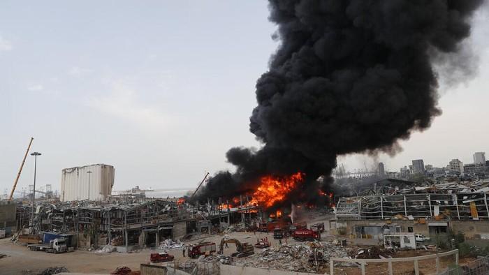 Kebakaran terjadi di kawasan Pelabuhan Beirut, Lebanon. Kebakaran itu membuat warga kembali teringat ledakan dahsyat yang terjadi di kawasan itu dua bulan lalu.