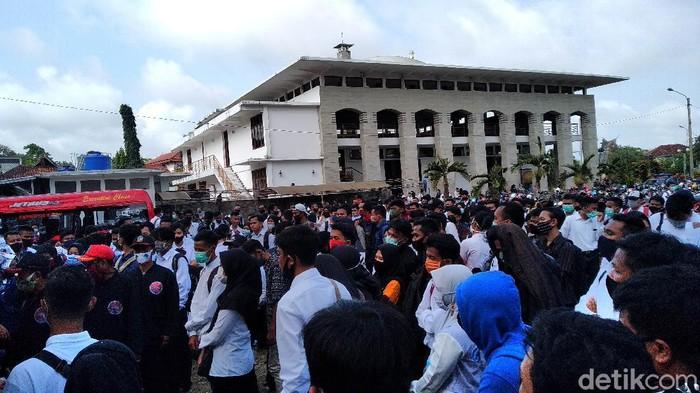 Penampakan ribuan pelamar kerja mendatangi kantor Susi Air di Pangandaran