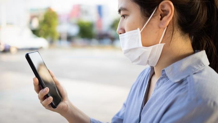 Pengguna smartphone bermasker
