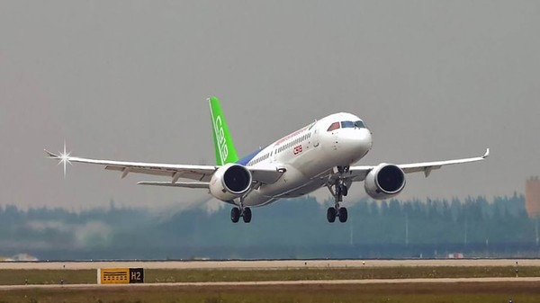 C919 memiliki jangkauan hingga 5.555 kilometer dan telah mengumpulkan total 815 pesanan dari 28 pelanggan, sebagian besar maskapai penerbangan dari China sendiri. Hal itu bisa membuat perubahan serius dalam buku pesanan pemasok lama mereka, Airbus dan Boeing.