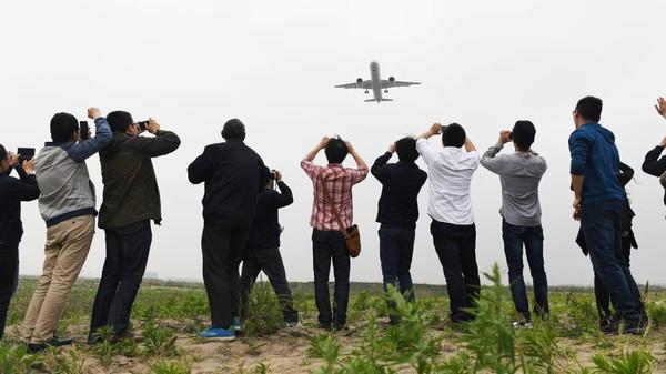 Penerbangan perdana C919. Pesawat komersil kualitas internasional dengan karakter China telah tercipta. Analisis terbaru oleh IATA memperkirakan bahwa lalu lintas penumpang global tidak akan kembali ke level sebelum COVID-19 hingga 2024.