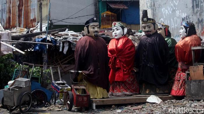 Kehadiran pengamen ondel-ondel jadi fenomena sendiri di Ibu Kota. Ondel-ondel kerap dimanfaatkan sebagai media untuk mencari rezeki sejumlah warga di Jakarta.