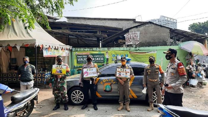 Tak Pakai Masker, Warga di Pasar Buncit Jaksel Disanksi Nyapu Jalanan