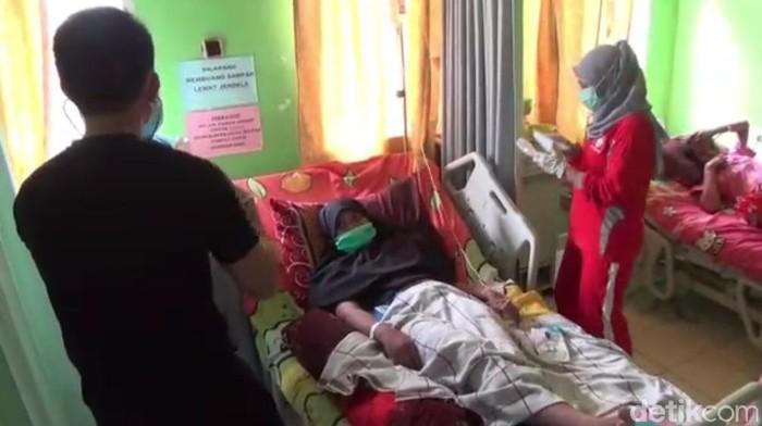 14 warga di Kendari dirawat karena diduga keracunan usai makan makanan akikah (Sitti Harlina/detikcom)