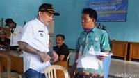 Pria yang akrab disapa Hoho ini merupakan Kades Purwasaba, Kecamatan Mandiraja, Banjarnegara.