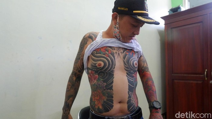Bak Yakuza Kades Ini Pamer Tubuh Penuh Tato