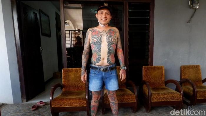 Kepala Desa (Kades) Purwasaba, Kecamatan Mandiraja, Banjarnegara langsung viral di media sosial lantaran memiliki tato di sekujur tubuhnya.