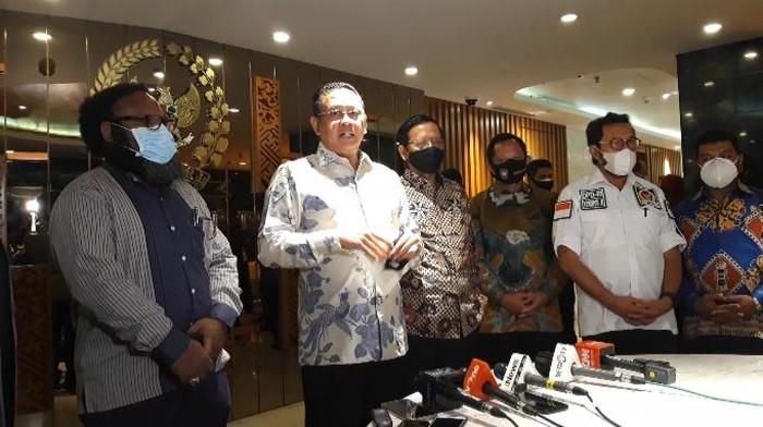 Bamsoet (tengah) usai pertemuan dengan Mahfud Md dan Tito Karnavian