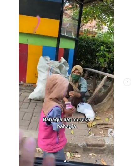 Berbagi kebaikan dengan traktir susu kotak ke anak-anak pemulung
