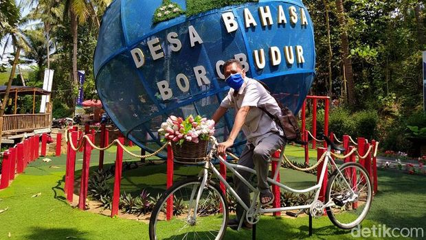 Bola besar bertuliskan 'Universal' tak hanya ditemukan di Singapura. Bola besar yang juga jadi ikon Singapura itu pun ada di Magelang lho. Berikut potretnya.