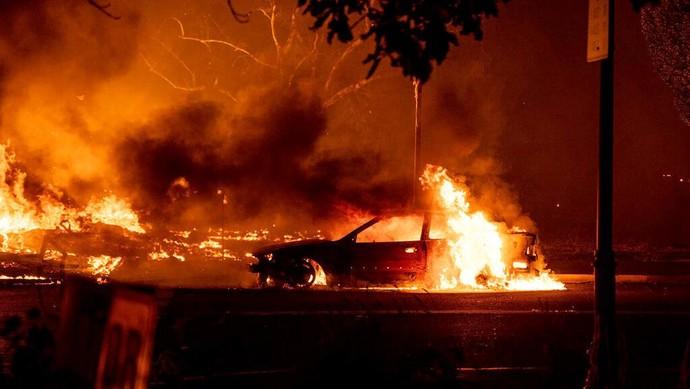 Kebakaran hutan di Oregon, Amerika Serikat, merembet ke permukiman warga. Selain rumah, api juga menghanguskan sejumlah mobil.
