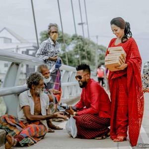 Viral, Pasangan Baik Hati Bagi Makanan untuk Gelandangan di Hari Pernikahan