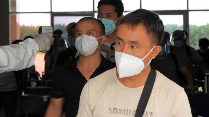 Sebanyak 41 TKA asal China tiba di Kabupaten Nagan Raya, Aceh, Jumat (11/9). Kedatangan mereka untuk bekerja di proyek Pembangkit Listrik Tenaga Uap (PLTU).