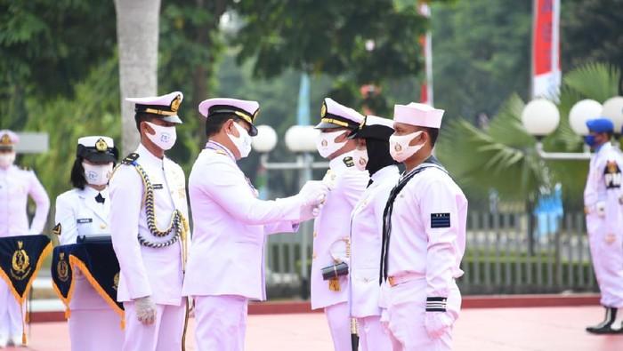 HUT TNI AL ke 75, tiga prajurit terima satyalencana kesetiaan
