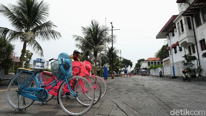 Pembatasan aktivitas imbas pandemi COVID-19 berdampak besar bagi sektor pariwisata. Efek domino terasa saat sejumlah usaha di area tempat wisata ikut terdampak.