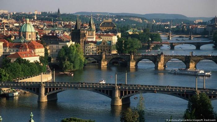 Jerman Keluarkan Peringatan Perjalanan untuk Jenewa dan Praha