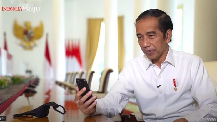 Presiden Jokowi berbincang dengan guru di Padang, Sumbar, Rika Susi Waty, Jumat (11/9/2020).