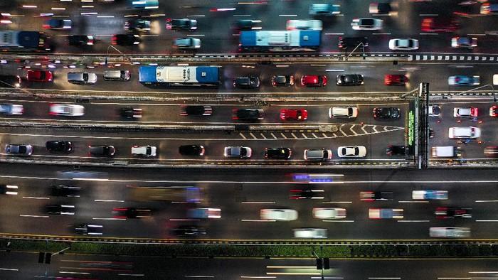 Foto aerial suasana kendaraan yang terjebak macet di Jalan Tol Cawang-Grogol, Jakarta, Jumat (11/9/2020). Pemprov DKI Jakarta akan kembali menerapkan Pembatasan Sosial Berskala Besar (PSBB) total mulai Senin 14 September 2020, yang diiringi menghentikan sementara kebijakan ganjil genap dan akan dilakukan pembatasan transportasi umum serta jumlah penumpang kendaraan. ANTARA FOTO/Galih Pradipta/foc.