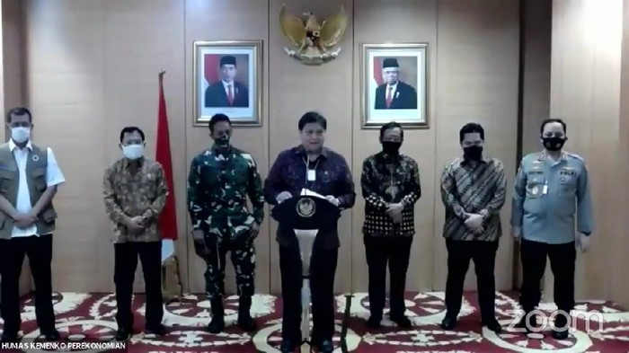 Ketua Komite Penanganan COVID-19 dan Pemulihan Ekonomi Nasional, Airlangga Hartarto, bersama menteri serta KSAD dan Wakapolri (YouTube PerekonomianRI)