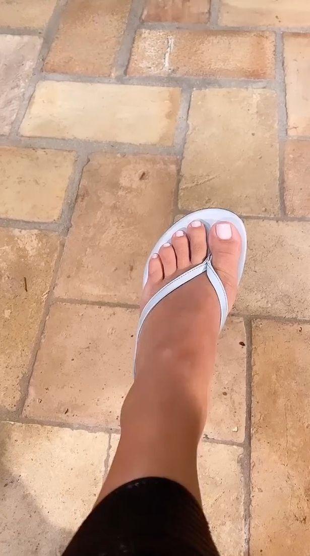 Kim Kardashian memamerkan jari kakinya