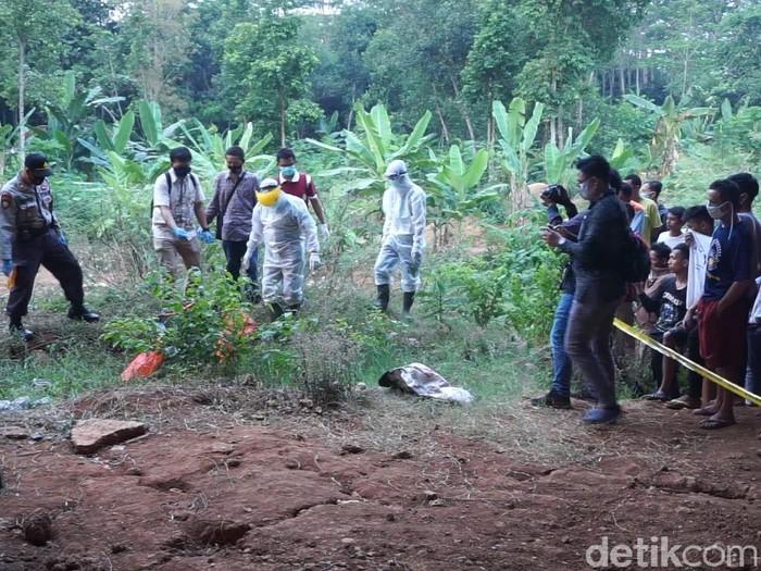 Mayat pria ditemukan membusuk dengan tangan dan kaki terikat di bawah jembatan tol Pemalang-Batang, Batang, Jumat (11/9/2020).