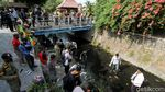 Pelanggar Masker di Solo Dihukum Bersih-bersih Sungai
