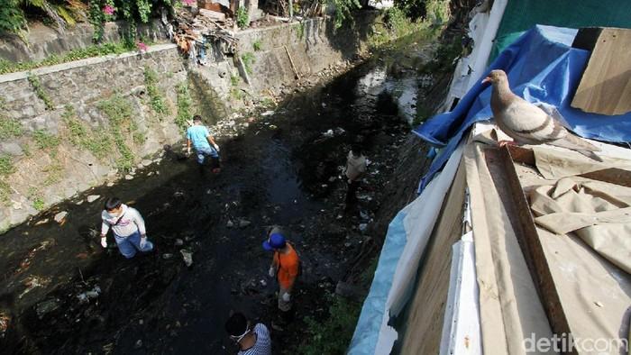 Warga yang terjaring razia masker di Solo dikenakan sanksi membersihkan sungai. Sungai yang dibersihkan adalah anak Sungai Pepe di Kebalen.