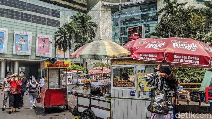 Deretan lapak PKL dan pedagang kecil berjejeran di sela-sela gedung perkantoran di kawasan Jakarta Pusat, Jumat (11/9/2020). Para pedagang yang bergantung dari pesanan karyawan dan pegawai perkantoran tersebut terancam terkena dampak PSBB total yang akan diberlakukan mulai Senin (14/9) pekan depan.