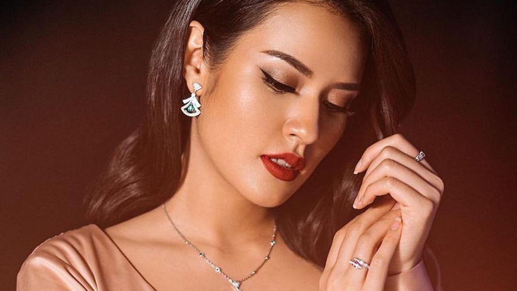 Foto: Gaya Elegan Raisa di Video Klip Bahasa Kalbu, Pakai Perhiasan Rp 1,2 M