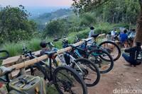 Warung Nangka menyediakan tempat untuk menyimpan sepeda yang digantungkan di atas rak bambu. Tempatnya sangat nyaman dan bersih dan yang menjadi kelebihan tempat ini yaitu memiliki view pemandangan Bandung di atas ketinggian.