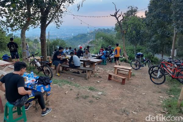 Jikatraveler bersepeda di sore hari, kalian bakal melihat pemandangan langit Bandung menjelang senja. Cantik sekali!