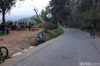 Tak lengkap rasanya buat kalian pencinta sepeda di kota Bandung yang menjajal trek jalan Dago Atas nggak berkunjung ke Warung Nangka ini.