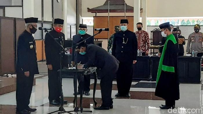 Bupati Bondowoso mengambil sumpah jabatan penjabat sekretaris daerah (sekda) yang baru. Pengangkatan itu untuk mengisi kekosongan, setelah sekda yang lama dicopot sementara.