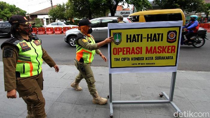 Petugas gabungan menggelar razia masker di kawasan Solo. Razia itu digelar untuk meningkatkan kesadaran masyarakat agar mematuhi protokol kesehatan.