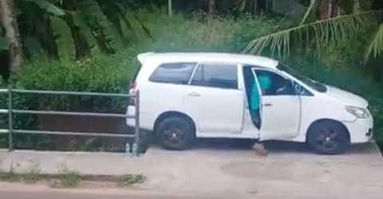Sopir Innova parkir mobil di tempat sempit